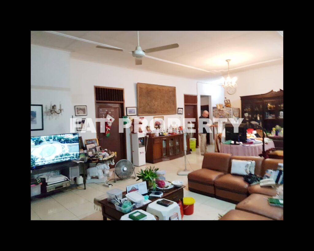 Dijual rumah tua di Jl Kemang 1a,Jakarta Selatan.